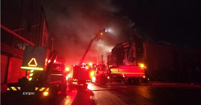 İzmir'de iş yerinde çıkan ve bitişikteki dükkanlara sıçrayan yangın söndürüldü