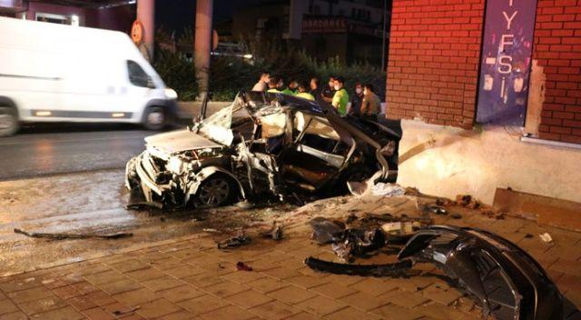 İzmir'de otomobil üst geçide çarptı: 3 yaralı