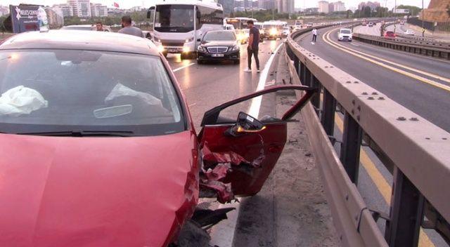 Sefaköy E-5'te otomobil metrobüs bariyerlerine çaptı: 2 yaralı