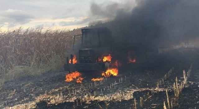 Tarlada mısır hasadında yanan traktör kullanılamaz hale geldi