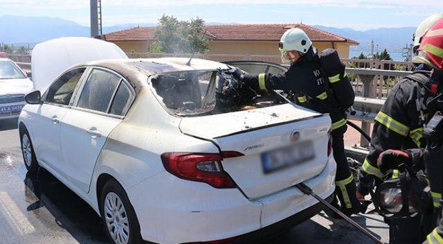 Tatile giden çift, yanan otomobillerinden son anda kurtuldu