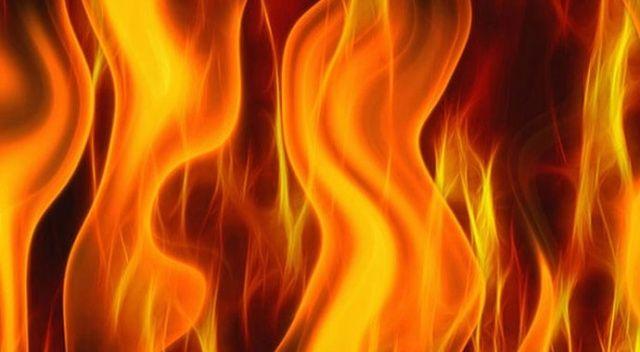 Yangın iki katlı binayı kullanılmaz hale getirdi