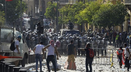 Beyrut'ta hükümetin istifa haberinden sonra gösteriler başladı