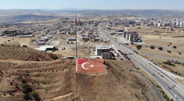 43 ilin geçiş noktasında yer alıyor, 600 metrekarelik Türk bayrağı bakıma alındı