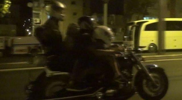 Bahtsız sürücü polis aracına çarptı