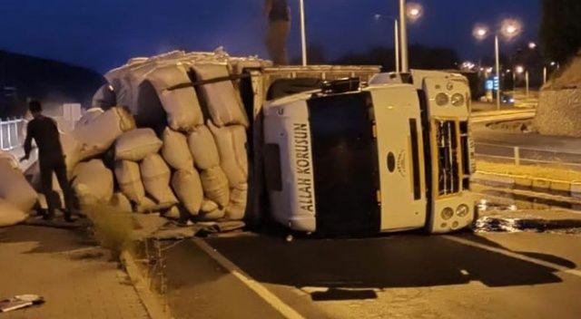 Bingöl'de saman yüklü kamyon devrildi