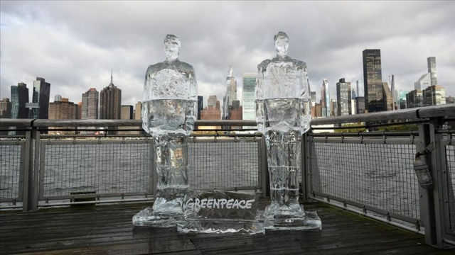 Greenpeace'ten Trump ve Bolsonaro'nun buzdan heykelleri ile çevre mesajı