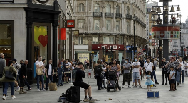 İngiltere'de karantinaya uymayanlara yüksek para cezası