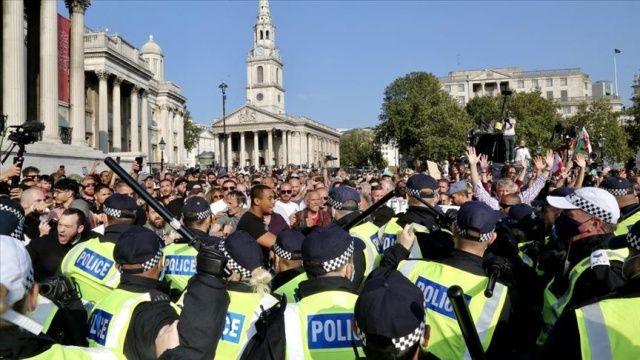 İngiltere'de polis, Covid-19 önlemleri karşıtı grubun protestosuna müdahale etti