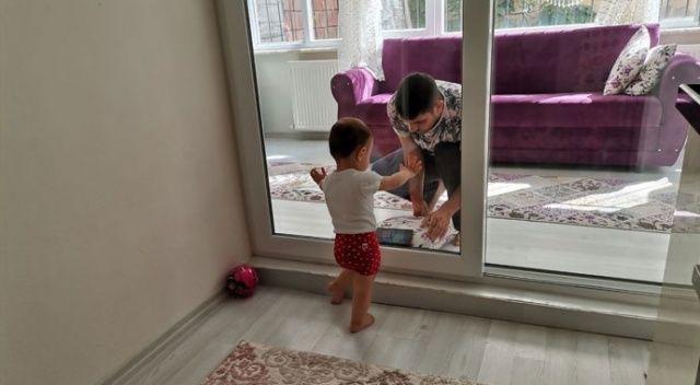Koronavirüslü baba, 2 yaşındaki kızını camın arkasından seviyor