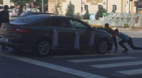 Bahşiş alabilmek için ölümü göze alan çocukları gelin arabası böyle sürükledi