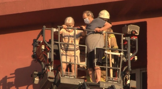 Levent'te yangında mahsur kalanlar itfaiyenin merdiven aracıyla kurtarıldı