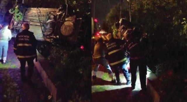 Ağaca asılı kalan otomobil 3 saatlik çalışmayla kurtarıldı