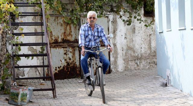 Baba yadigârı ruhsatlı ve plakalı bisiklete gözü gibi bakıyor