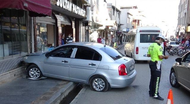 Direksiyon başında kalk krizi geçirince araç pastane duvarına çarptı