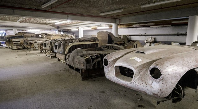 Efsane arabaların tahtadan kopyaları fabrikada tozlar içinde bulundu