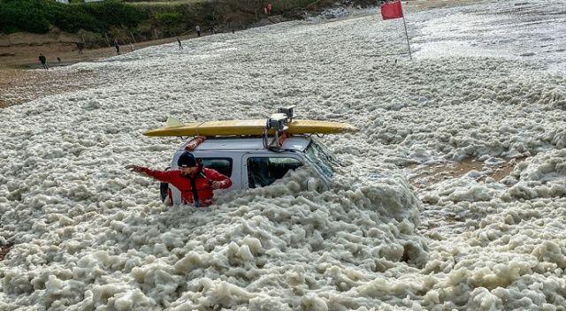 Fırtına ve yağış sonrası İngiltere sahilleri köpükle kaplandı