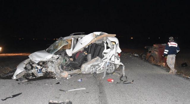 Hafif ticari araç traktörün römorkuna çarptı: 2 ölü