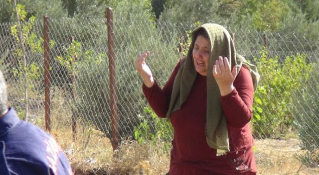 Hemzemin geçitte can pazarı! Şok geçiren kadın ellerini açarak dua etti