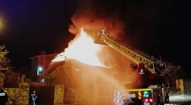 İki katlı metruk binanın çatısı alev alev yandı