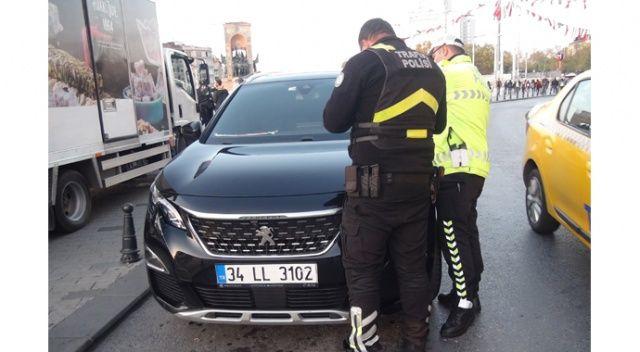 İstanbul turuna çıkan koronavirüslü, trafik polisine yakalandı