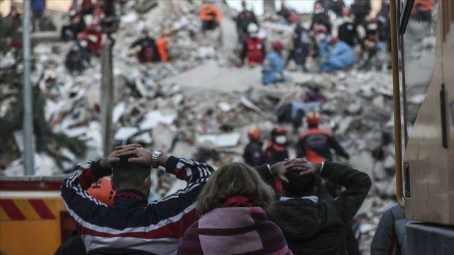 """İzmir Valisi Köşger'den enkazların etrafında """"kalabalık oluşturmama"""" uyarısı"""