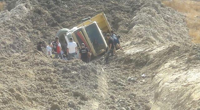 Kamyon devrildi, sürücü 1 saatlik çalışmanın ardından kurtarıldı