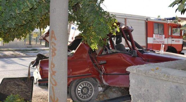 Kaza yapan otomobil karton kutu gibi buruştu