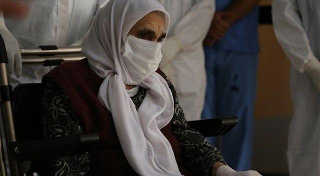 """Kocaeli'de Kovid-19'u yenen 101 yaşındaki """"Fatma nine"""" taburcu edildi"""
