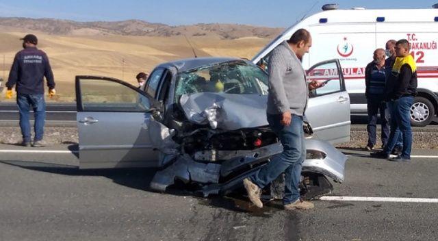 Otomobil beton bloklara çarptı: 2 yaralı