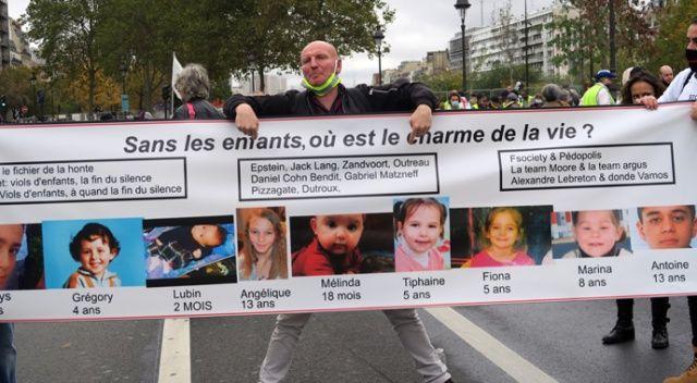 Paris'te çocukları hükümet tarafında ellerinden alınan ailelerden protesto