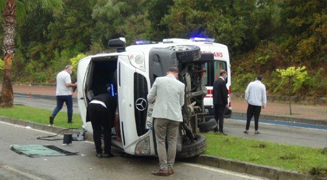 Servis kazası sonrası araç plakasını ve otelin tabelasını sökme yarışı