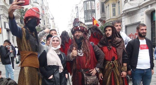 Taksim'de sokak sanatçıları ilgi odağı oldu