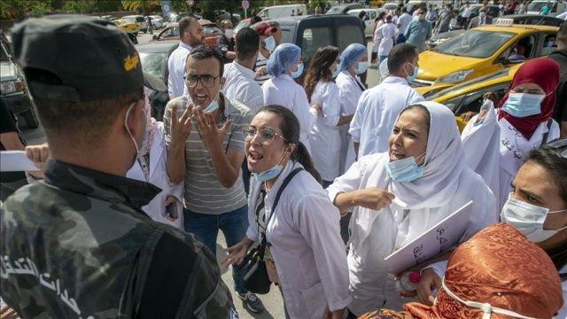 Tunus'ta hemşireler Covid-19 nedeniyle kötüleşen hastane koşullarını protesto etti