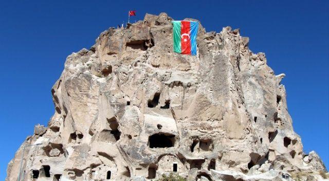 Uçhisar Kalesi'nde Azerbaycan bayrağı dalgalanıyor