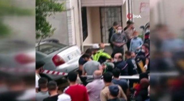 Yaşlı kadın evinin önünde otururken araba çarptı