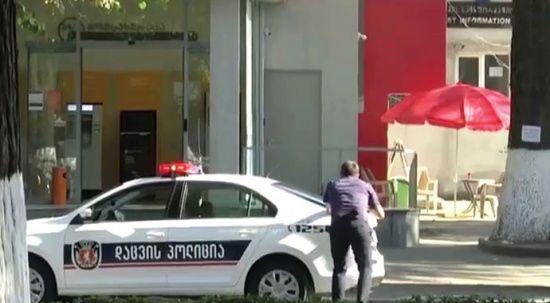 Gürcistan'da film gibi olay! 500 bin doları aldı, biri polis iki rehineyle kaçtı