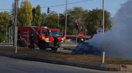 Yanan aracın sürücüsünü benzin istasyonu çalışanı kurtardı