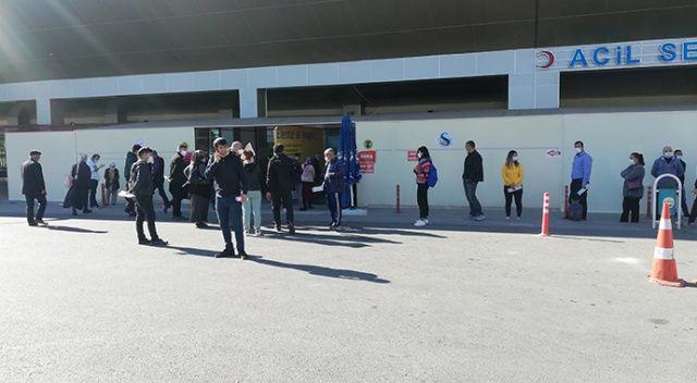 Adana'da koronavirüs testi için hastanelerin önünde kuyruk oluştu