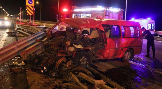 Bariyerlere çarpan minibüs hurdaya döndü: 7 yaralı