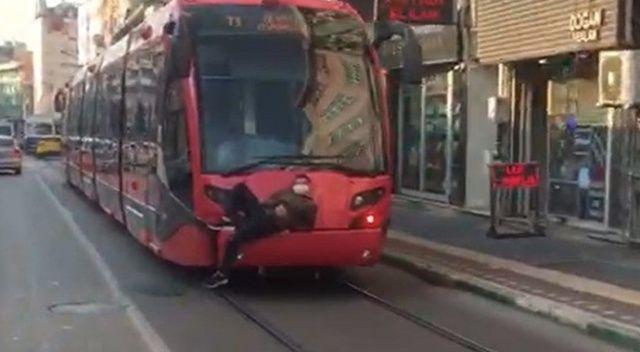 Bursa'da tramvay arkasında tehlikeli yolculuk