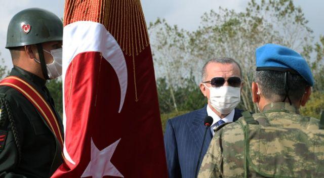 Cumhurbaşkanı Erdoğan komandolara sancaklarını teslim etti