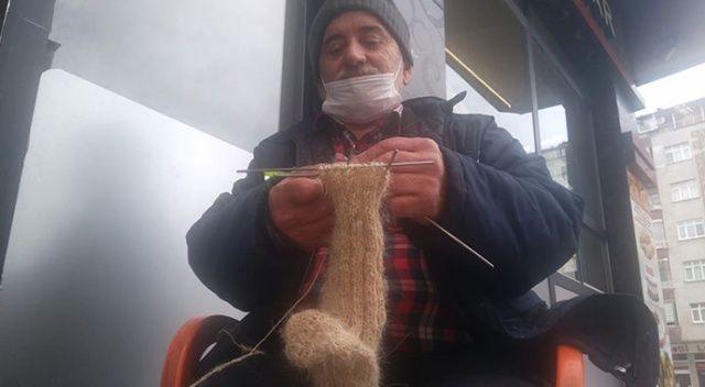 Dedesinden görüp yapmaya başladığı kıl çorabı örmeyi 60 yıldır sürdürüyor