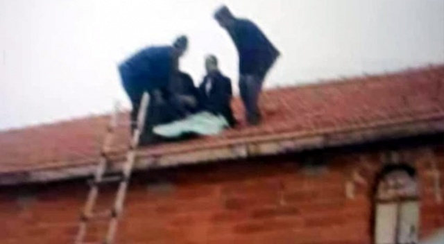 Takla atan araçtan savrulan sürücü evin çatısına düştü