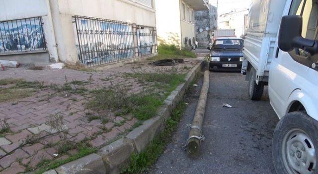 Telefon direği sokakta bulunan aracın üstüne düştü