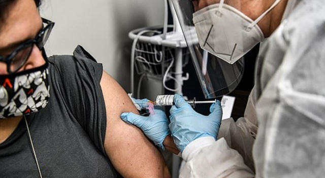 İngilizler Sağlık Bakanı'nın canlı yayında Covid aşısı olmasını istedi
