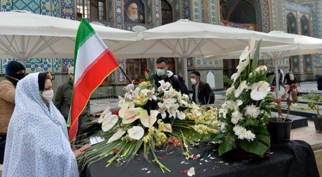 İranlı vatandaşlar nükleer bilimci Fahrizade'nin Tahran'daki mezarını ziyaret ediyor
