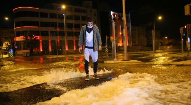 İzmir'de su borusu patladı, caddeler göle döndü