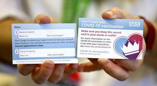 İngiltere'de aşı kartlarının 'Covid pasaportu' olarak kullanılmasından endişe ediliyor
