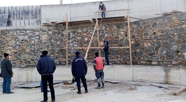 9 metre yüksekten beton zemine düşen işçi ağır yaralandı